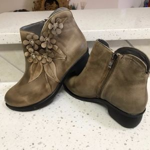 NWOT Socofy 3D Floral Ankle Boots Size 11